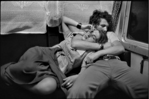In treno. Romania, 1975 © Henri Cartier-Bresson, Magnum Photos, Contrasto