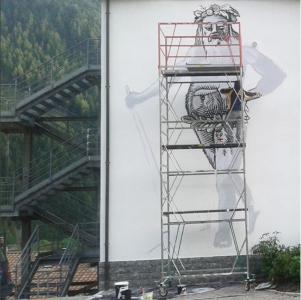 Ritratto di Camuno durante i lavori, di Ozmo, a Vezza d'Oglio, ph. @toapasserby