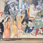 Picasso si interroga davanti ad un murales fatto dei suoi più grandi capolavori