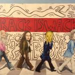 Gioconda, l'Urlo di Münch, Leonardo e il David come i Beatles. Sullo sfondo un'opera street art di Keith Haring
