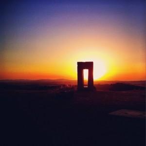 Tramonto al Sito Transitorio, l'opera di Jean Claude Philippe installata nelle Crete Senesi.