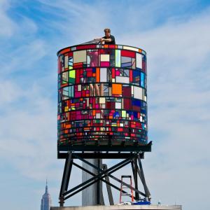 Tom Fruin durante l'installazione della Water Tower a Dumbo, Brooklin, ph. @robertbanatphotography