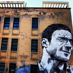 Totti di @lucamaleonte sulla facciata della scuola Pascoli, ph. @basilaaa